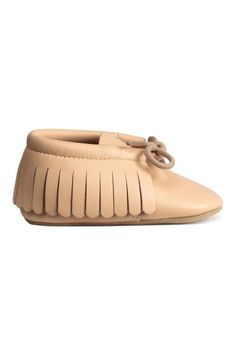 Leather moccasins: BABY EXCLUSIVE/PREMIUM QUALITY. Leather moccasins with fringes and lacing at the front and soft soles. Supplied in a gift box.