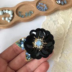 Beaded Brooch, Beaded Earrings, Beaded Jewelry, Diy Bead Embroidery, Hand Embroidery, Brooches Handmade, Handmade Jewelry, Cloth Flowers, Lesage