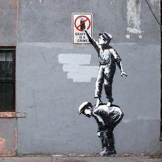 Grafite do artista de rua Banksy, em Nova Iorque, EUA. #artes #arts #art #arte  #impacto #artederua #arteurbana #mural #pinturamural #streetart #urbanart  #design #architecturelover #architecture #arquitetura #projetocompartilhar #davidguerra #shareproject #banksy #novaiorque #newyork #ny #eua #usa