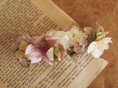 レジンをビジューに見立てて作ったバレッタです。落ち着いたアンティークカラーの花びらを使用。レジンの中にはドライフラワーの紫陽花が封入されています。色々なお洋服...|ハンドメイド、手作り、手仕事品の通販・販売・購入ならCreema。