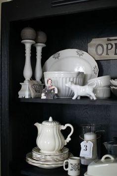 Noir et vaisselle blanche Home Photo, Kitchen Pantry, Deco, Open Shelving, White Ceramics, Black And Grey, Interiors, Mugs, Tableware