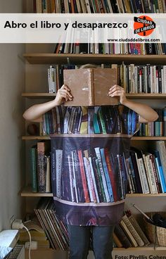 """""""Abro el libro y desaparezco"""" Foto original: Phyllis Cohen. A tu també et passa el mateix?"""