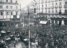 22 de diciembre de 1910.     La expectación se debe a que, en los balcones del periódico La Correspondencia de España, acaban de ser colocadas las listas con los número premiados en el sorteo de la lotería.