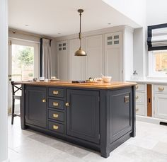 I like the idea of the island unit having a contrasting colour to the cabinets
