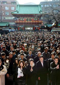 企業関係者などが参拝に訪れた神田明神=5日午後、東京都千代田区