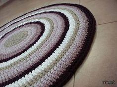 שטיח בהזמנה אישית סרוג בעבודת יד מחוטי טריקו בגוונים סגולים, שמנת ובז' קוטר 1.2 מ'