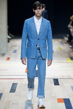 See all the Collection photos from Dior Homme Spring/Summer 2015 Menswear now on British Vogue Denim Suit, Denim Blazer, Men's Denim, Double Denim, Denim Dior, Vogue Paris, Gents Fashion, Fashion Men, Fashion Beauty