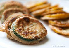 Pyszne i proste danie na obiad lub kolację – cukinia w towarzystwie tymianku i czosnku w cieście naleśnikowym.