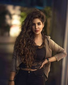 Stunning portrait photography - The girl looks fabulous Cute Girl Poses, Girl Photo Poses, Girl Photos, Stylish Girls Photos, Stylish Girl Pic, Cute Girl Photo, Beautiful Girl Photo, Gorgeous Hair, Fashion Photography Poses