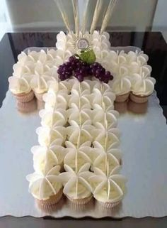 First Communion Cupcake Cake Decoration Communion, First Communion Decorations, First Holy Communion Cake, First Communion Favors, Baptism Cupcakes, Baptism Party, Religious Cakes, Communion Dresses, Christening