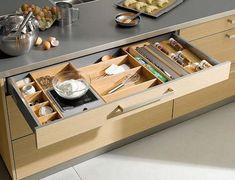 Aposte em diferentes estilos e jeitos de guardar na hora de usar as gavetas dos utensílios. Para isso, utilize divisórias de madeira ou de acrílico, por exemplo.