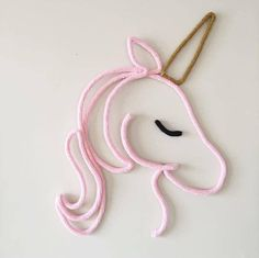 Unicornio Tricotin i-cord no Crochet Diy, Crochet Home, Wire Art Sculpture, Spool Knitting, I Cord, Crochet Decoration, Wire Crafts, Unicorn Party, Diy For Kids