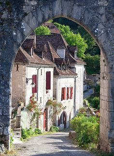 This picture is so utterly FRANCE. I can smell the grapes on the vines and the bread baking in the corner boulangeie!