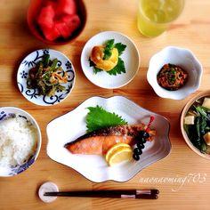 これから忙しくなるよ〜。と言う初日は何故か和食が多い。気分的なものかしら。日本人の生まれ持った気質? そういえば少し前にアメリカで有名なTEDで似たような事をプレゼンしていたわ。自然と欲するものは理化学的、いわゆる遺伝的要素に支配されているとか。発酵食品である味噌が日本人のカラダに合う。キムチを食べても韓国人の様に、代謝を発揮しない日本人。腸が其れ相応になっているのもそうで。その国々で太古から受け継がれた食事こそが、免疫や代謝増進を高める要になっているんだろうな。 コメの底力は神話ではない様に。
