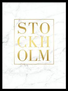Stockholm Gold marble, poster. Guldtavla med text och marmor. Snygg guldtavla med texten Stockholm på vit marmor. Ett riktigt snygg och trendigt motiv som glimmar snyggt i ditt hem. Du hittar fler motiv med guld och marmor i kategorin Guld och metallic.
