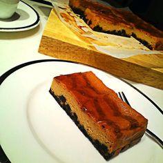 オレオの土台が苦味があって美味い♥ 模様が少し薄かったが… - 174件のもぐもぐ - ゆかりさんのキャラメルチーズケーキ by MakiHiro