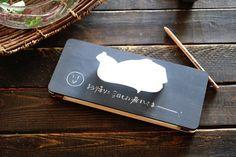 黒板塗装されたテッシュケースです。木製のバネを利用した面白い作りになってます。テッシュの量に合わせて厚みが変わるのでスッキリと収納できます。サイズ:W280×D120mm材質:シナベニヤ▼カラーは下記よりお選びください▼赤/紺/緑/茶/黒※珍しいチョークペンシル(100mm)おつけします★※チョークペンシルは強く書くとあとが残る場合がございます。※チョークは濡れ雑巾等で優しく拭いてください。