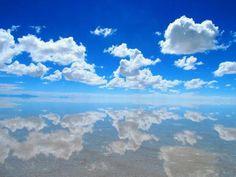 """鏡張りの美しすぎる画像で話題になっているウユニ塩湖。空が反射した真っ青な光景や、夕焼けのオレンジ色の風景は言葉にならないほどの美しさです。そんなウユニ塩湖の見せる様々な""""色""""の画像を厳選してまとめました。"""