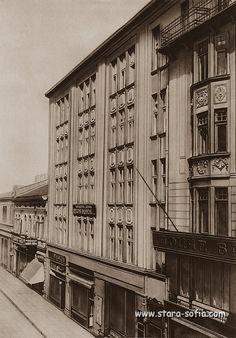 """Улица """"Леге"""" -Представителствата на """"Асикурациони генерали"""" и """"Дойче банк"""", около 1930 г. Вижда се и модната къща на известната Пелагия Видинска."""