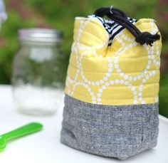 Sewing Quilts Insulated Mason Jar Bag-Sew Mama Sew -- great for mason jar salads - Get ready for summer picnics and lunches on-the-go! Make this insulated bag designed to fit a 16 oz. Mason Jar Cozy, Mason Jars, Sac Lunch, Lunch Bags, Sew Mama Sew, Mason Jar Crafts, Sewing Tutorials, Bag Tutorials, Sewing Ideas