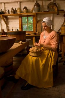 """A typical day in the life of a colonial farmer's wife. (Winter 2008 issue of Out Here Magazine. """"The Colonial Farmer's Wife"""".) Great Hope Plantation at Colonial Williamsburg. Women In History, Family History, 18th Century Clothing, Colonial America, Pennsylvania Dutch, Thinking Day, Colonial Williamsburg, Amish Country, Early American"""