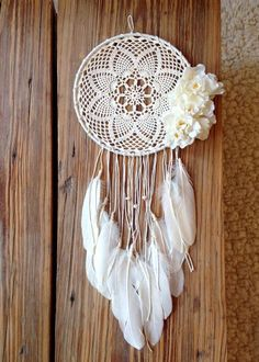Atrapasueños en crochet - Ideas geniales ⋆ Manualidades Y DIY Doily Dream Catchers, Dream Catcher Boho, Dream Catcher Craft, Crochet Diy, Crochet Doilies, Crochet Ideas, Dreamcatcher Crochet, White Dreamcatcher, Crochet Projects