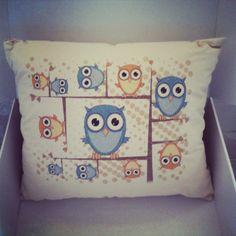 SOWY (nocne marki :) )  poduszka dekoracyjna kwadratowa (38x38cm),poszewka: 100% bawełna organiczna certfikowana GOTS, wypełnienie z włókna Ingeo™, zapinana na 2 drewniane guziki, nadruk tuszem wodnym z certyfikatem Oeko-Tex® Standard 100  ……………  OWLS   a decorative square pillow: size 38x38cm,  a pillowcase: 100& organic cotton with the GOTS certificate, filling: 100% Ingeo™ fiber , done up with 2 wooden buttons, printed with water based inks with the Oeko-Tex® Standard 100 certificate