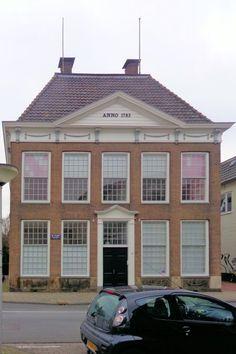 Het Elderinkhuis uit 1783 geldt als het oudste gebouw van Enschede. Het was vroeger de net buiten de Eschpoort gelegen herberg 'De Lindenboom', gebouwd door de Amsterdammer Hendrik Nagel. Reizigers die 's avonds de stadpoort gesloten vonden, konden hier overnachten. Het pand bezit een fraaie lijstgevel in Lodewijk-XVI-stijl. Tegenwoordig huist hier het Van Deinze-Instituut, dat zich o.a. bezighoudt met streektaal en typisch Twentse gebruiken.