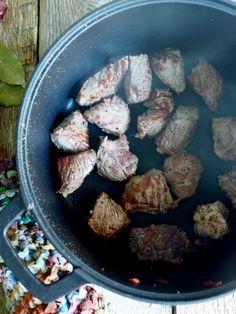 Langtidskokt oksegryte med gulrøtter, perleløk og sopp Bacon, Stuffed Mushrooms, Food And Drink, Chicken, Vegetables, Ethnic Recipes, Horn, Stuff Mushrooms, Horns