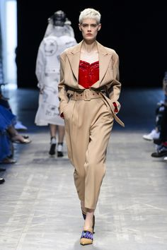 ANNAKIKI、milan fashion week ;fashion show;runway ;2018ss;Camel;Suits;Red boobs;Pointed heels;