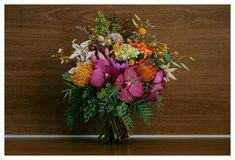Lindo buquê de noiva, composto por flores exóticas, num vibrante contraste de cores!!! Viva a alegria!!