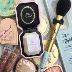 Kylie Cosmetics - The Birthday Collection - Gloss - Cupcake - Cute Makeup Guide Makeup Brands, Drugstore Makeup, Makeup Cosmetics, Makeup Products, Make Up Palette, Makeup Goals, Makeup Inspo, Skin Makeup, Makeup Brushes
