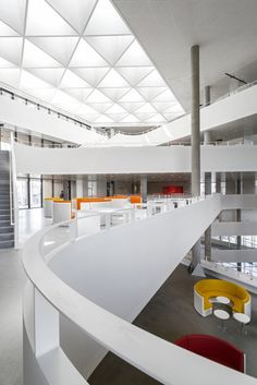 Curvy architecture inside SDU Campus Kolding in Denmark by Henning Larsen Architects. Despite the building being shaped as a rectangle, the inside is filled with curves. Photo by Jens Lindhe Henning Larsen, Education Architecture, Space Architecture, Architecture Portfolio, Architecture Diagrams, Cultural Architecture, Amazing Architecture, Lobby Interior, Parametric Design