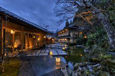 京都 嵐山にある全室リバービューの旅館、星のや。 京都渡月橋から船に乗り、宿へと向かいます。大堰川を遡り、峡谷に沿って進むと荘厳でありながら、しっとりとした雰囲気漂う宿が現れます。日々の喧騒を忘れさせてくれる…そんな素敵なお宿です。