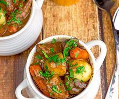 Ingrédients : > 1 rôti, désossé (ex : une épaule de boeuf !) > 2 cuillères à soupe d'huile d'olive > Sel et poivre > 1 gros oignon jaune, haché grossièrement > 3 gousses d'ail, hachées > 450 ml de bouillon de boeuf > 200 ml de vin rouge sec > 1 branche de thym frais > 2 brins de romarin frais > 1 feuille... Lire l'article