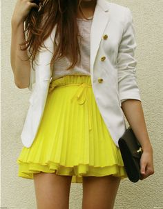a white blazer with a bright skirt-love the yellow skirt! Mode Chic, Mode Style, Looks Style, Style Me, City Style, Yellow Pleated Skirt, Neon Skirt, Yellow Skirts, Flowy Skirt