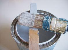 Één muur krijgt een licht grijzig blauw tintje. Deze kleur heet ijsbeer, hoe leuk is dat!