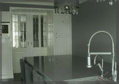 Kamer en Suite tussen woonkamer en keuken. De entree van deze kamer is sfeervol gemaakt met deze schuin weglopende kasten. In de kasten is ook verlichting gemaakt. Het glas in de deuren zijn nu van glas in lood, maar dat kan naar eigen inzicht. Hierbij een zicht vanaf keuken naar woonkamer.
