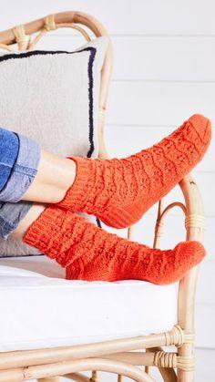 Helpot pitsineulesukat – katso ohje! | Meillä kotona Knitting Socks, Leg Warmers, High Socks, Knitting Patterns, Knit Crochet, Legs, Marimekko, Slippers, Diy