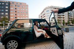 Charming wedding. #20eventosweddingplanners  La boda de Marta&Iñaki. Diseño y organización: 20eventos Wedding Planners. Fotógrafo: David Rascón. Vintage car, mini car, coche mini verde, coche vintage, coche antiguo