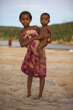 Mada Tsiribihina river's girl & bro'