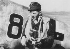 ■ Leutnant Jakob Norz (1920-1944) - en la foto como Oberfeldwebel de la 8va Escuadrilla del Ala de Caza 5 (8./JG-5) en el aeropuerto de Petsamo, Finlandia.
