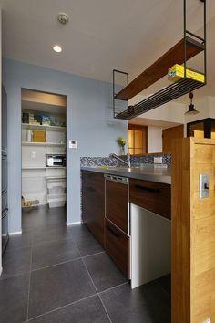 キッチン事例:キッチン(暮らしに合わせて変えていける あえて作りこまない家) Kitchen Countertops, Kitchen Cabinets, Japanese Kitchen, Mid Century Modern Kitchen, Wall Crosses, House Rooms, Kitchen Interior, Kitchen Storage, Industrial Style