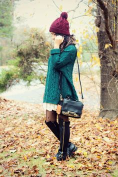 www.jessicafashionnotes.com En víspera de Navidad,  sweater xl, hat, hunter green, dress, cute, vintage, retro, burgundy, blogger style