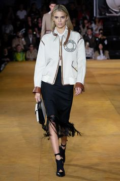 Burberry Spring 2020 Ready-to-Wear Fashion Show - Vogue Vogue Fashion, Fashion 2020, Fashion Photo, Runway Fashion, Womens Fashion, Fashion Sets, London Fashion Weeks, Burberry, Winter Fashion Outfits