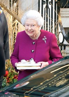 Her Majesty, 91, was spotted leaving The Goring Hotel in London's Belgravia to cries of 'We Love You Ma'am the Queen!' as she greeted passersby with a grin and a wave. Duchess Of York, Duke And Duchess, Duchess Of Cambridge, Duchess Kate, Windsor, Lady Diana, Prinz Philip, British Royal Families, Princess Margaret