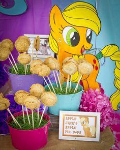 My Little Pony Birthday Party Pie Pops! See more party ideas at… Little Pony Cake, My Little Pony Birthday Party, 5th Birthday Party Ideas, Rainbow Dash Party, Sparkle Party, Little Poni, Pie Pops, Mini Pies, Ponies
