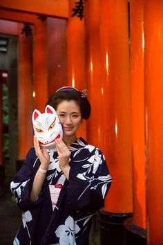 Maiko Hinayuu at Yomiya Festival, Fushimi Inari Shrine, Kyoto, Japan Mask Japanese, Japanese Costume, Japanese Beauty, Japanese Kimono, Japanese Girl, Asian Beauty, Kitsune Mask, Japanese Aesthetic, Kyoto Japan
