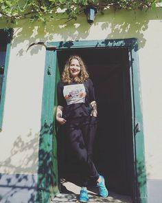 Smărăndiţa în pridvor cu secera :D  #almavii #alma104 #transylvania #colindamromania #romaniamagica #travelblogger #satesasesti #viatza_la_tzara #villagelife #beautifuldestinations #travel #igersromania #ig_romania #dametraveler #darlingweekend #darlingescapes #sibiumylove #mytransilvania  @travelgirlsro @printransilvania