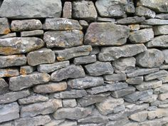 » Le véritable trésor n'est pas forcement là ou l'on pense. »…. Un magnifique conte mis en scène sous forme de marionnettes par trois étudiantes de SupInfoCom Arles. Je l'ai fait découvrir à mon fils hier, il a adoré …Pourquoi pas nous ? Au sommet de la colline qui se trouve entre le village de Champey et le hameau des Valettes, se voit une grande pierre appuyée sur un bloc de rocher on l'appelle la Pierre qui tourne (lai piirre que vire). On dit qu'il y a longtemps, bien avant que le…